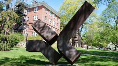 Clement Meadmore, Perdido, 1978, Cor-Ten steel. Gift of Suzette and Jay R. Schochet, Class of 1952; 2013.55. © Meadmore Sculptures, LLC/ Licensed by VAGA, New York, NY